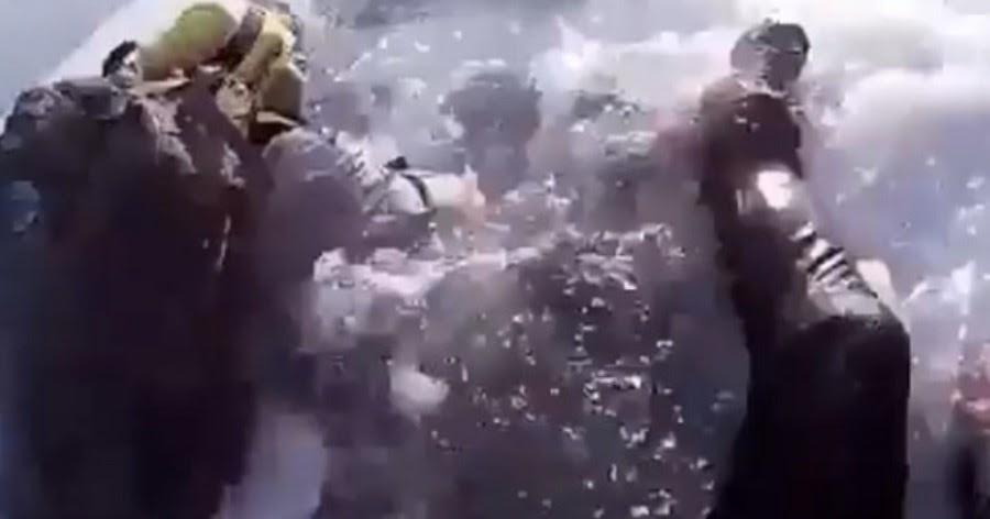 Борьба за жизнь. Двое туристов спаслись, провалившись под лед на Байкале