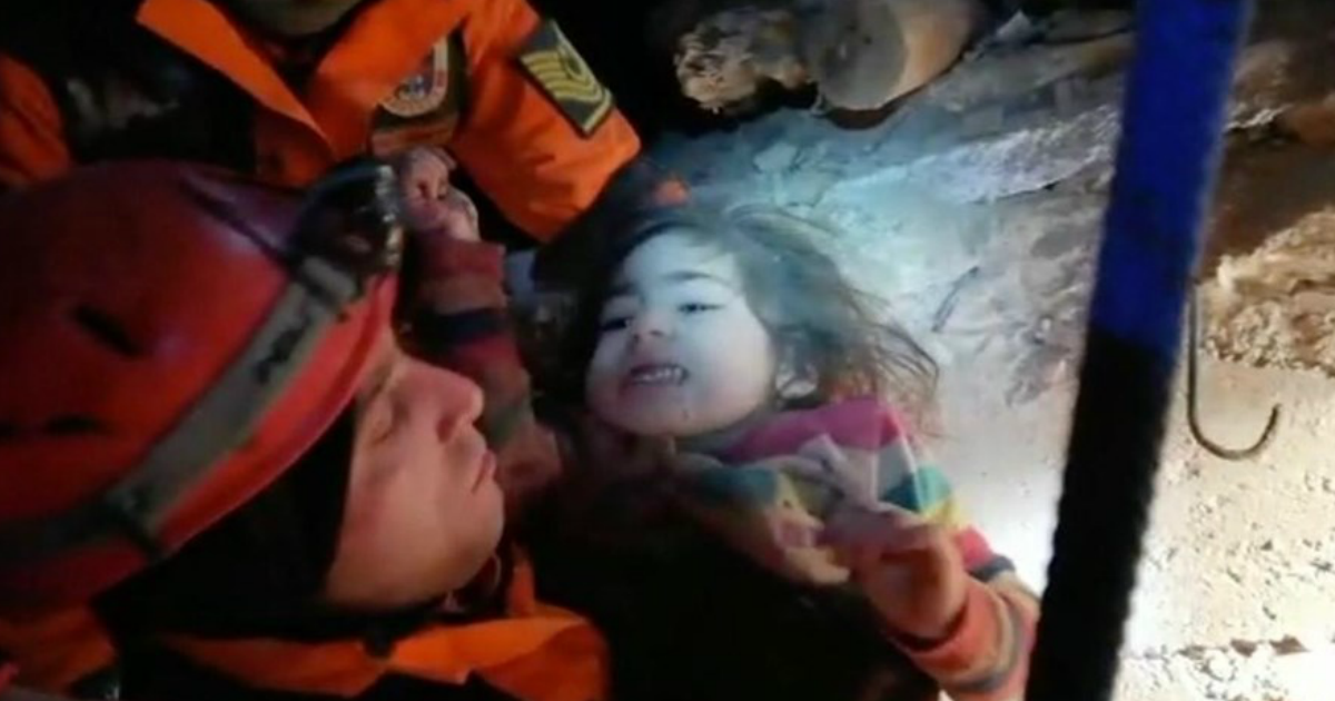 Фото 2-летнюю девочку спасли из-под завалов через сутки после землетрясения