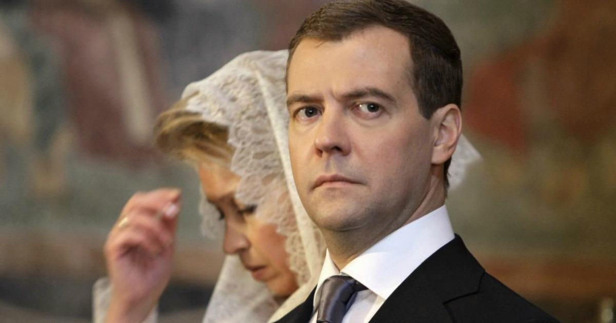Фото Названа месячная зарплата Медведева в Совбезе