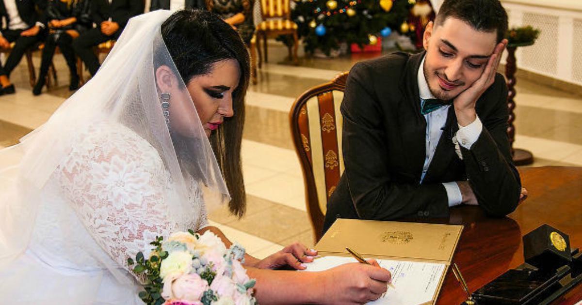 Беременная звезда «Дома-2» подала на развод из-за «мужа-паразита»