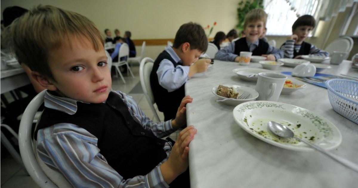 Омские власти выделили школьникам по 5 рублей на горячие обеды