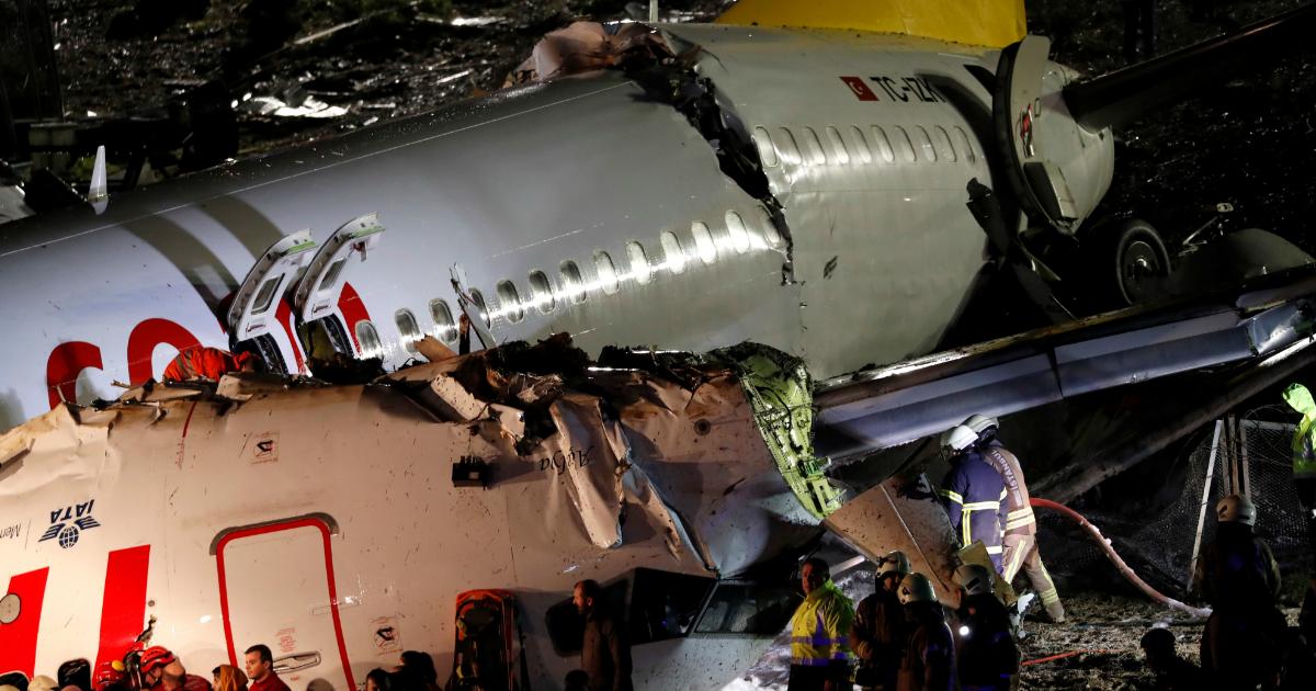 Самолет со 177 пассажирами раскололся на три части в аэропорту Стамбула