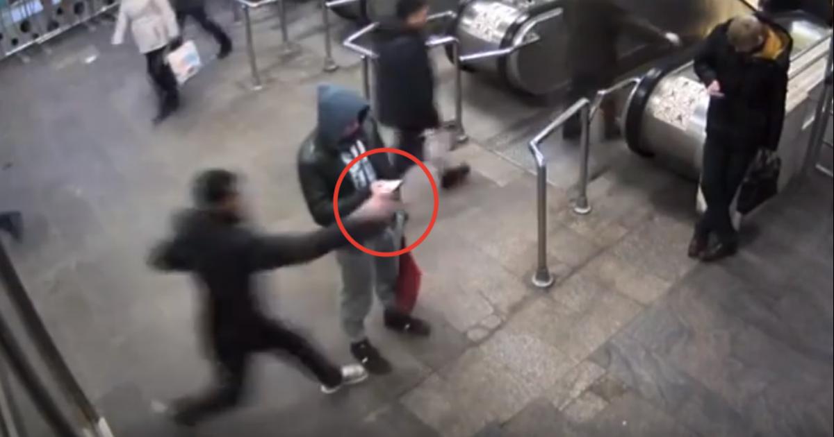 У пассажира московского метро вырвали телефон перед камерой наблюдения