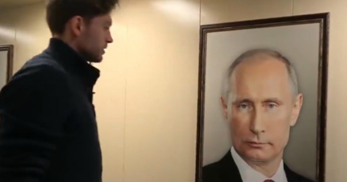 В московском лифте сняли реакцию жильцов на портрет Путина