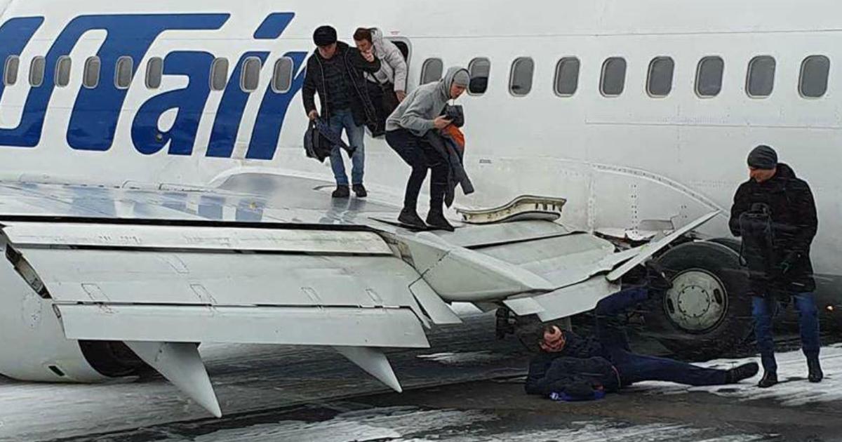 Спасение из севшего «на брюхо» самолета в Усинске засняли на видео