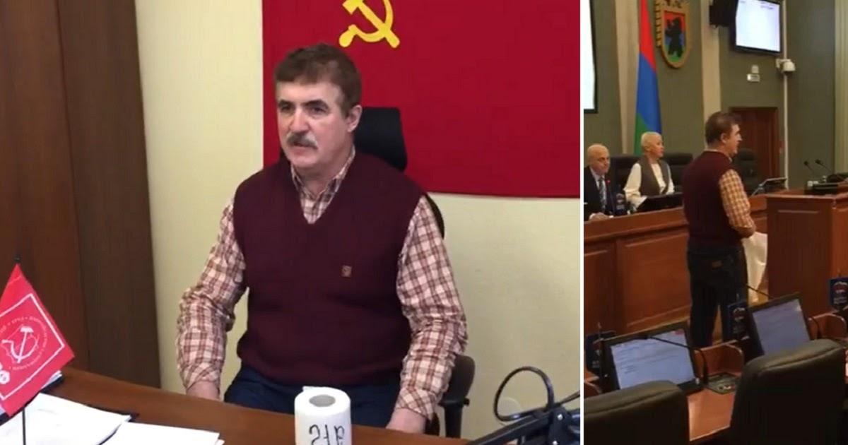 """Пенсионер вручил депутатам """"подарок"""", купленный на 21 рубль прибавки к выплатам"""
