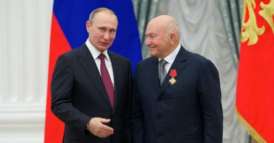 Путин президентским указом велел увековечить память Лужкова