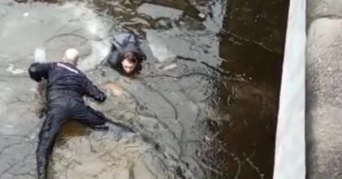Фото Полицейский прыгнул в ледяную воду, чтобы спасти молодого парня в Питере