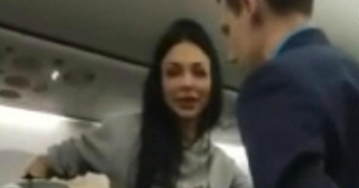 Пассажирку рейса из Санкт-Петербурга не смогли успокоить во время полета