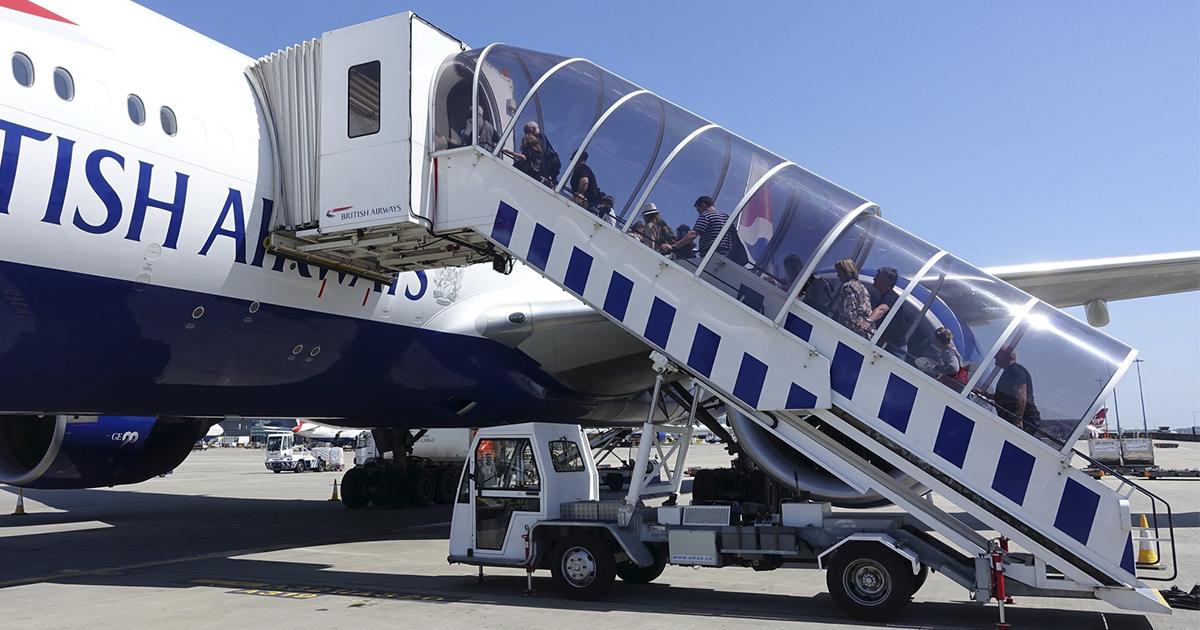 Почему пассажиры всегда поднимаются на борт самолета с левой стороны?