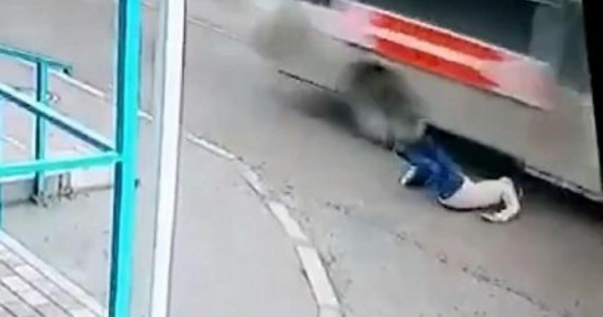 В Азове женщина чудом спаслась, упав под колеса автобуса