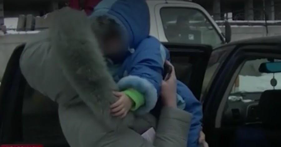 В Челябинске эвакуировали машину со спящим внутри ребенком