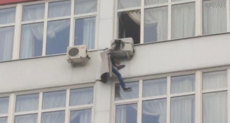 Фото Москвичка выпала из окна многоэтажки и зацепилась за кондиционер
