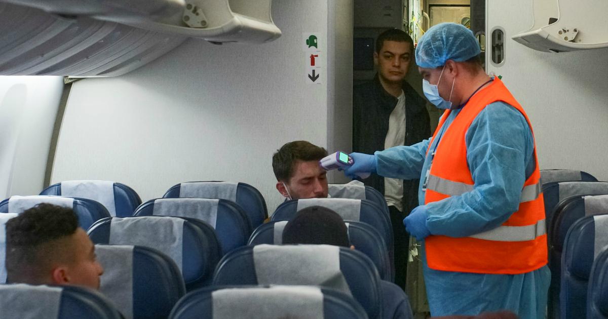Фото Власти потеряли 80 пассажиров, летевших из Москвы с зараженным коронавирусом