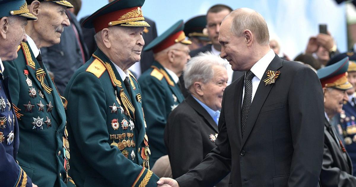 """Фото """"Ветераны попросили"""": Кремль принял решение перенести парад Победы"""