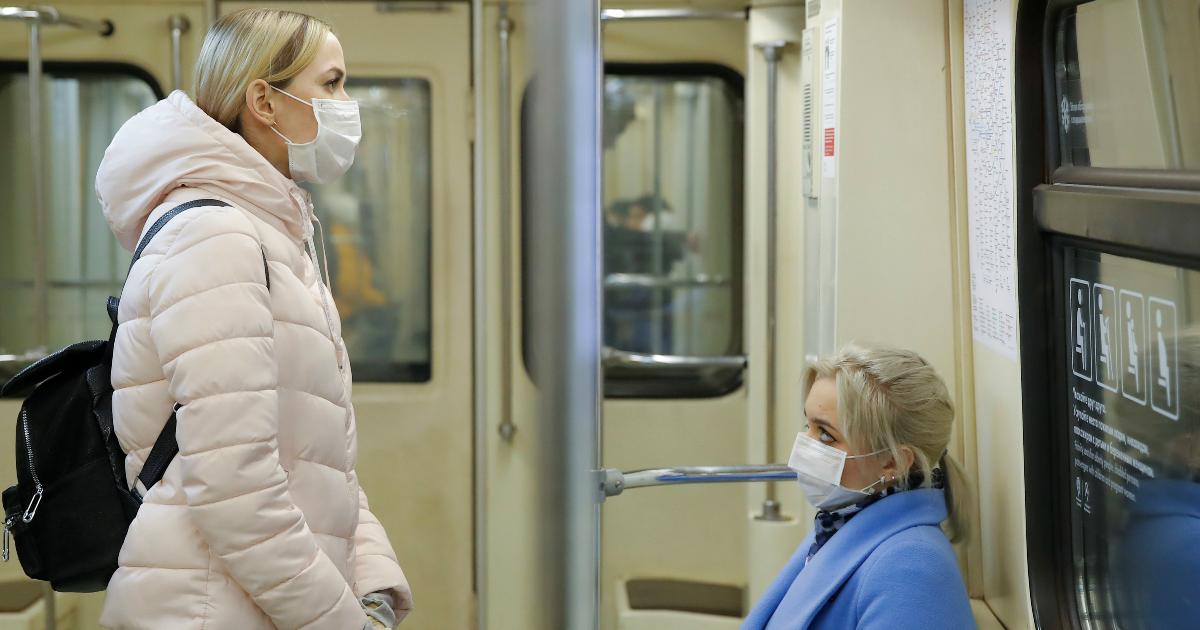Фото СМИ: маски в московском метро продают с 1400%-ной наценкой, но власти отрицают