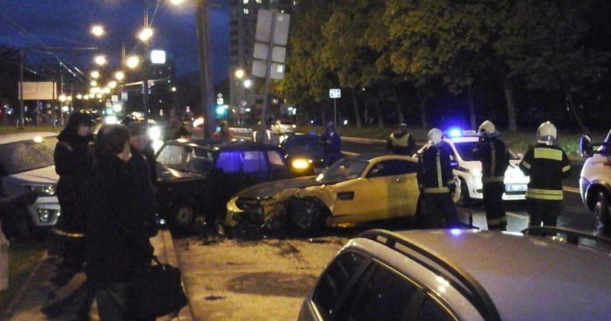 Фото Бизнесмен разбил одну из самых дорогих моделей Mercedes в Москве