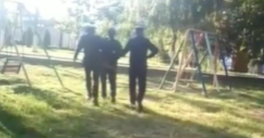 Полиция задержала нарушившего изоляцию отца, оставив его детей на улице