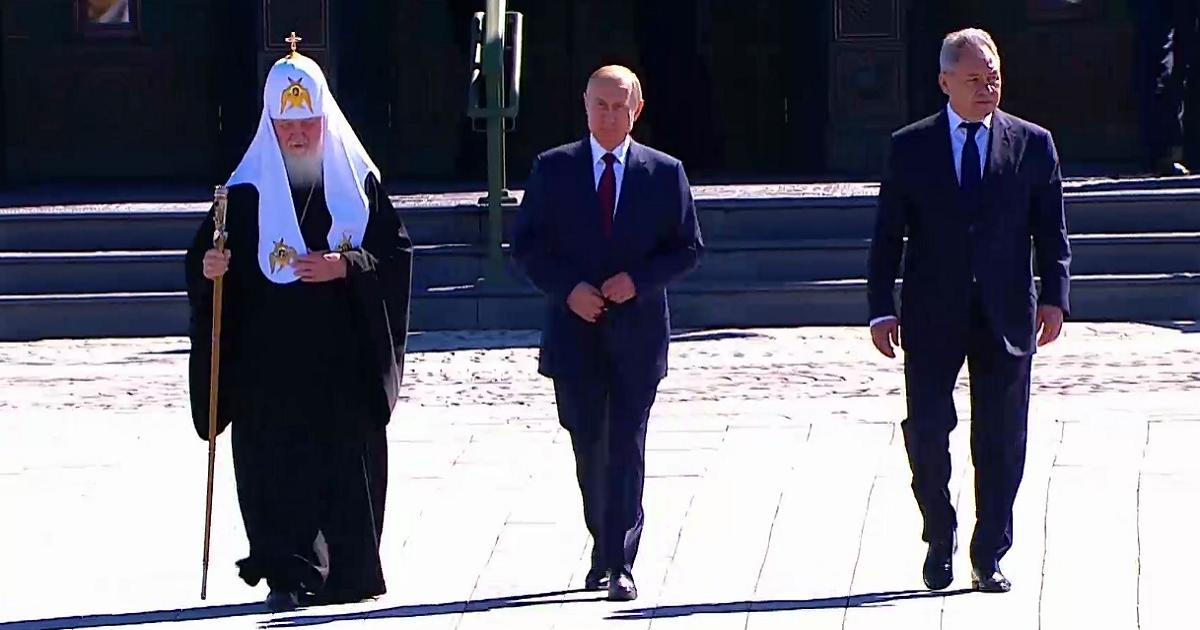 Перед храмом и солдатами. Путин выступил с речью в День памяти и скорби
