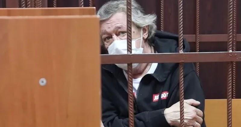 СМИ: Ефремову диагностировали хронический aлкoгoлизм. Адвокат отрицает