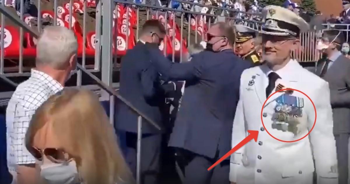 Грудь его в медалях. Министр в белом мундире украсил парад победы