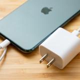 Такли нужна зарядка вкомплекте для iPhone? Apple проводит опрос
