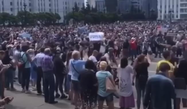 В Хабаровске тысячи людей стихийно вышли на митинг из-за ареста губернатора