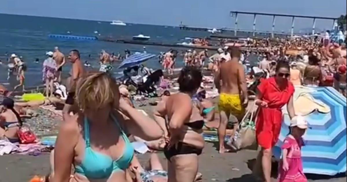 «Мы в самом мясе». Очевидцы показали набитый туристами пляж в Сочи