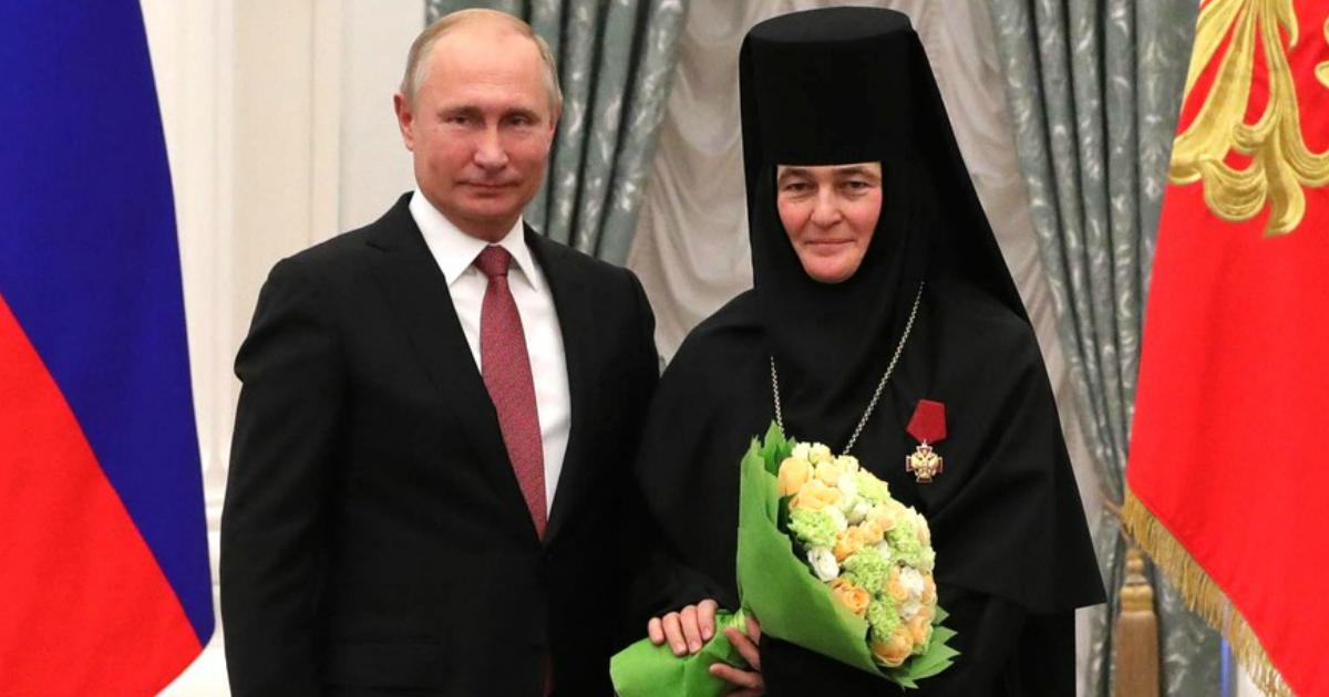 Патриарх благословил игумению, чтобы она продала свой VIP Mercedes за 10 млн