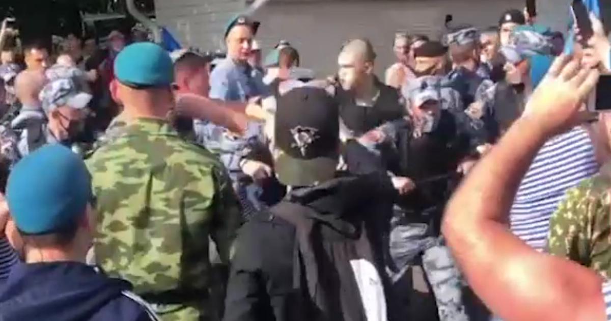 Массовая драка между ВДВ и Росгвардией произошла в Парке Горького