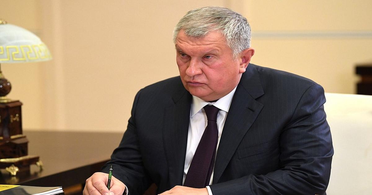 Игорь Сечин подарил Путину бутылку нефти