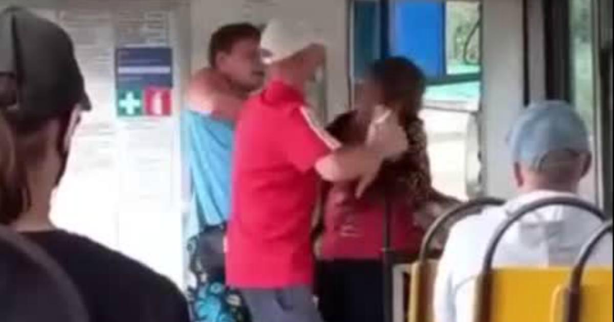 Кондуктор трамвая напал на инвалида из-за отказала носить маску