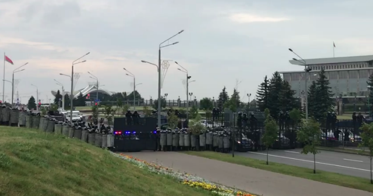 СМИ: Лукашенко эвакуировали из дворца из-за приближения 200 тысяч протестующих