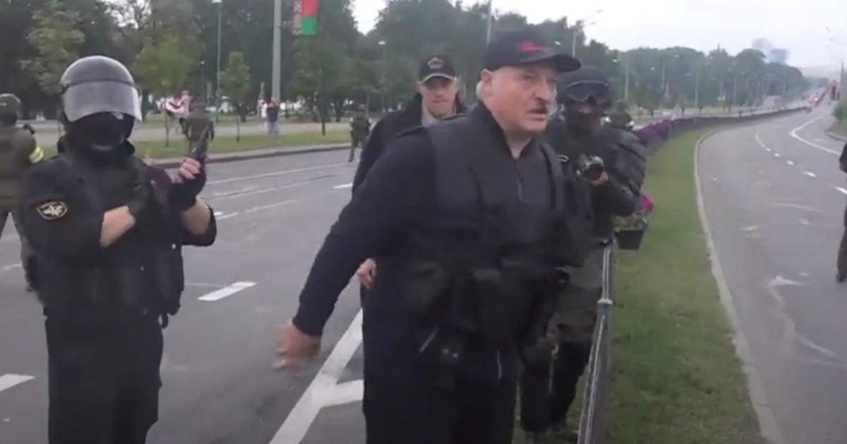 Лукашенко вышел на улицу с автоматом и вооруженным 15-летним сыном