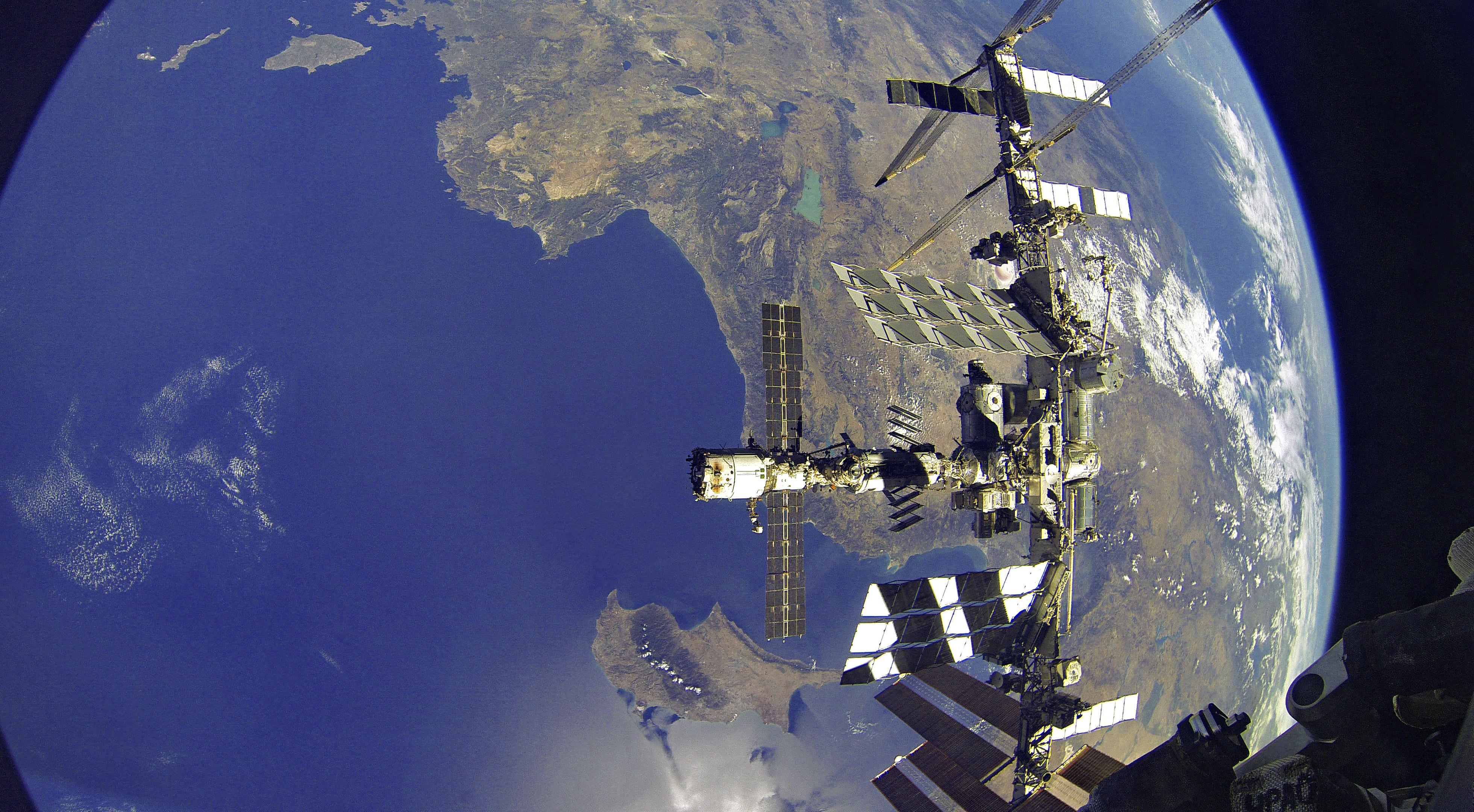 Космонавты прекратили изоляцию на МКС после утечки воздуха