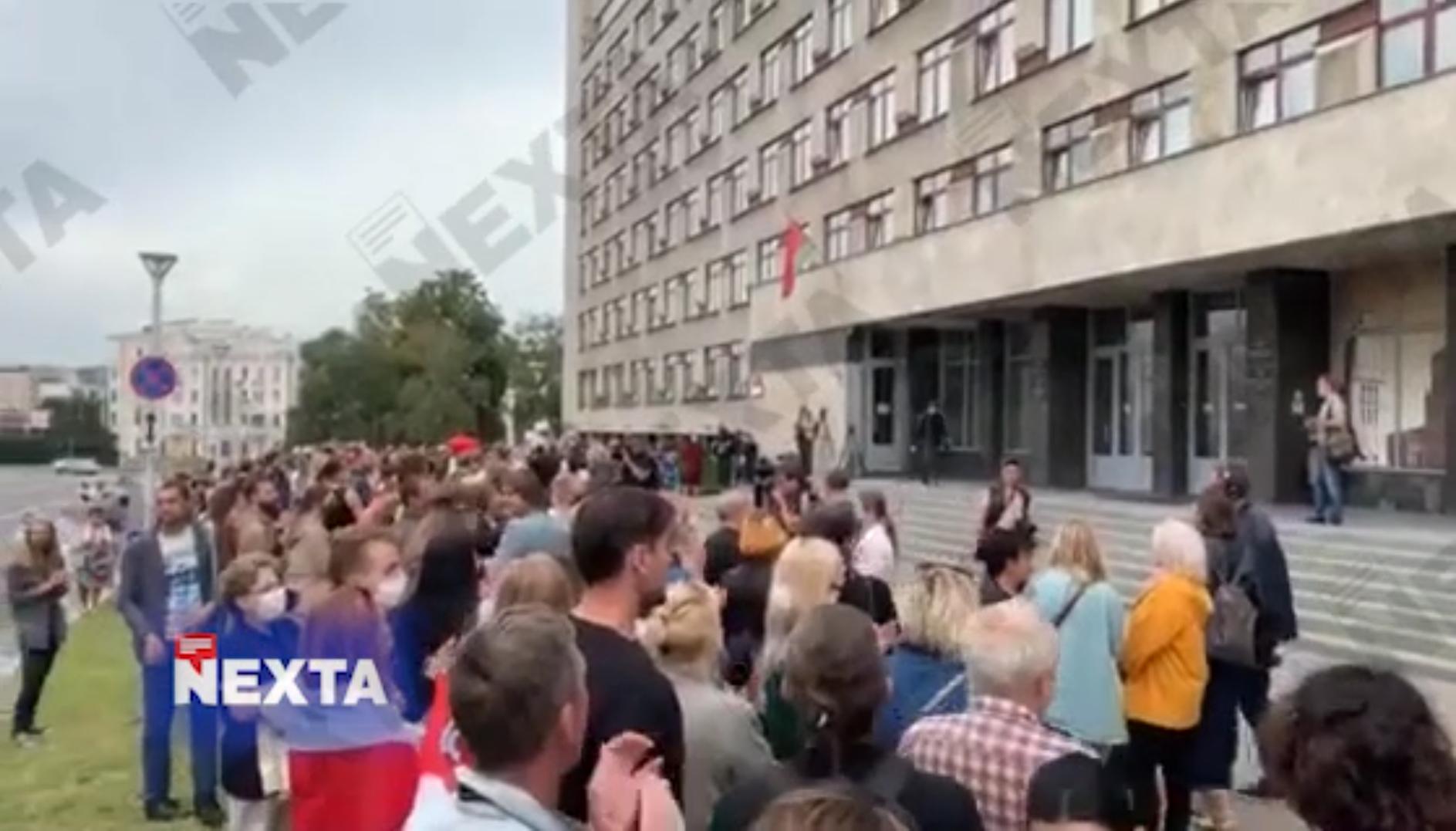 На акцию протеста учителей в Белоруссии подвезли водометы