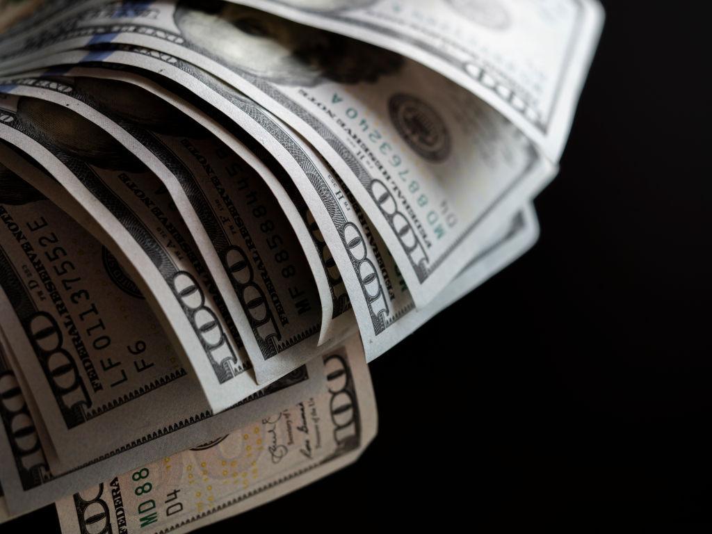 Курс доллара поднялся до 76 рублей впервые с апреля