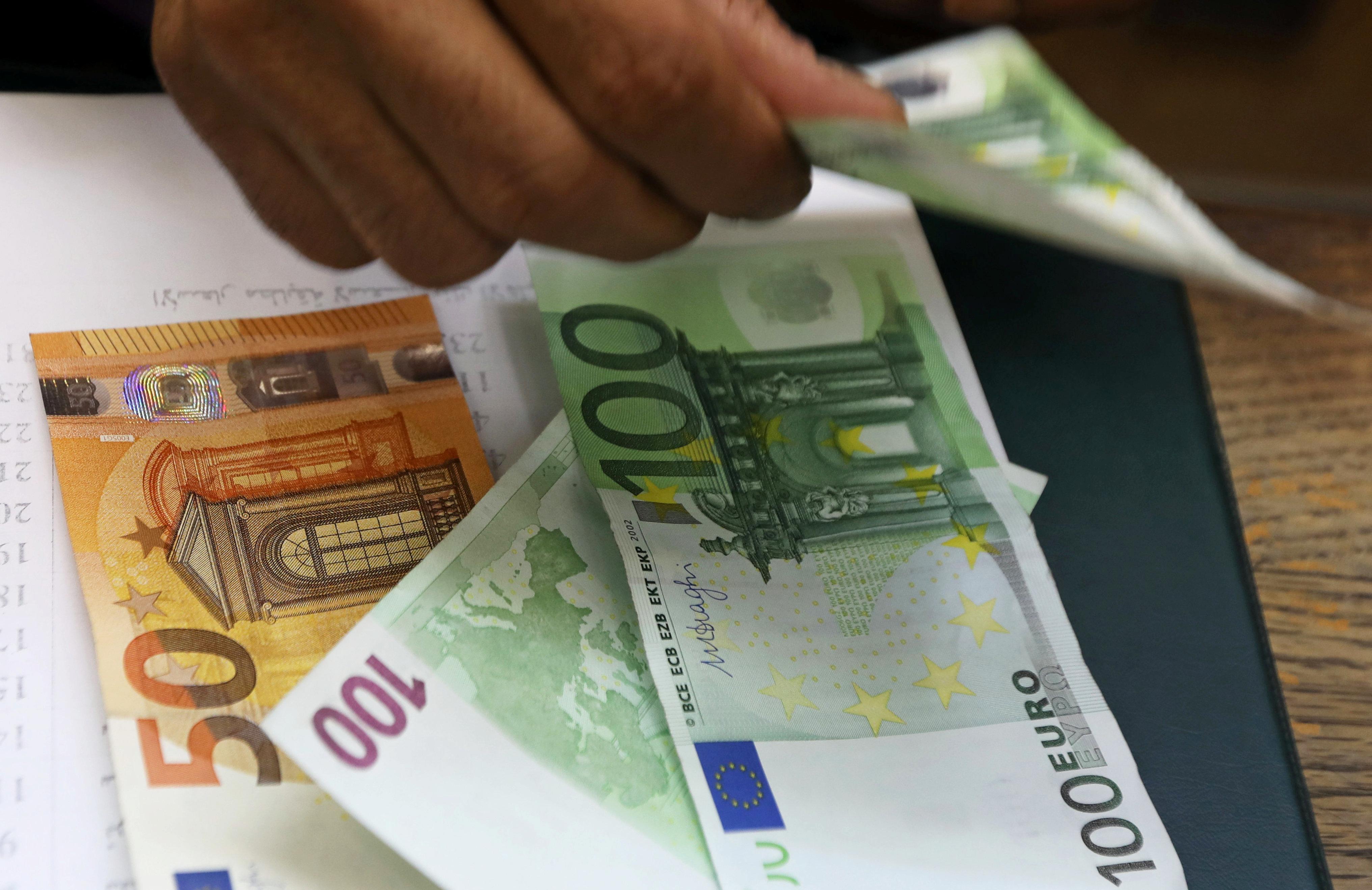 Часть российских банков ввела комиссию за евро на счетах