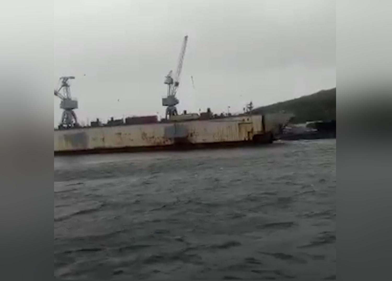 Ураган снес плавучий док на российские корабли