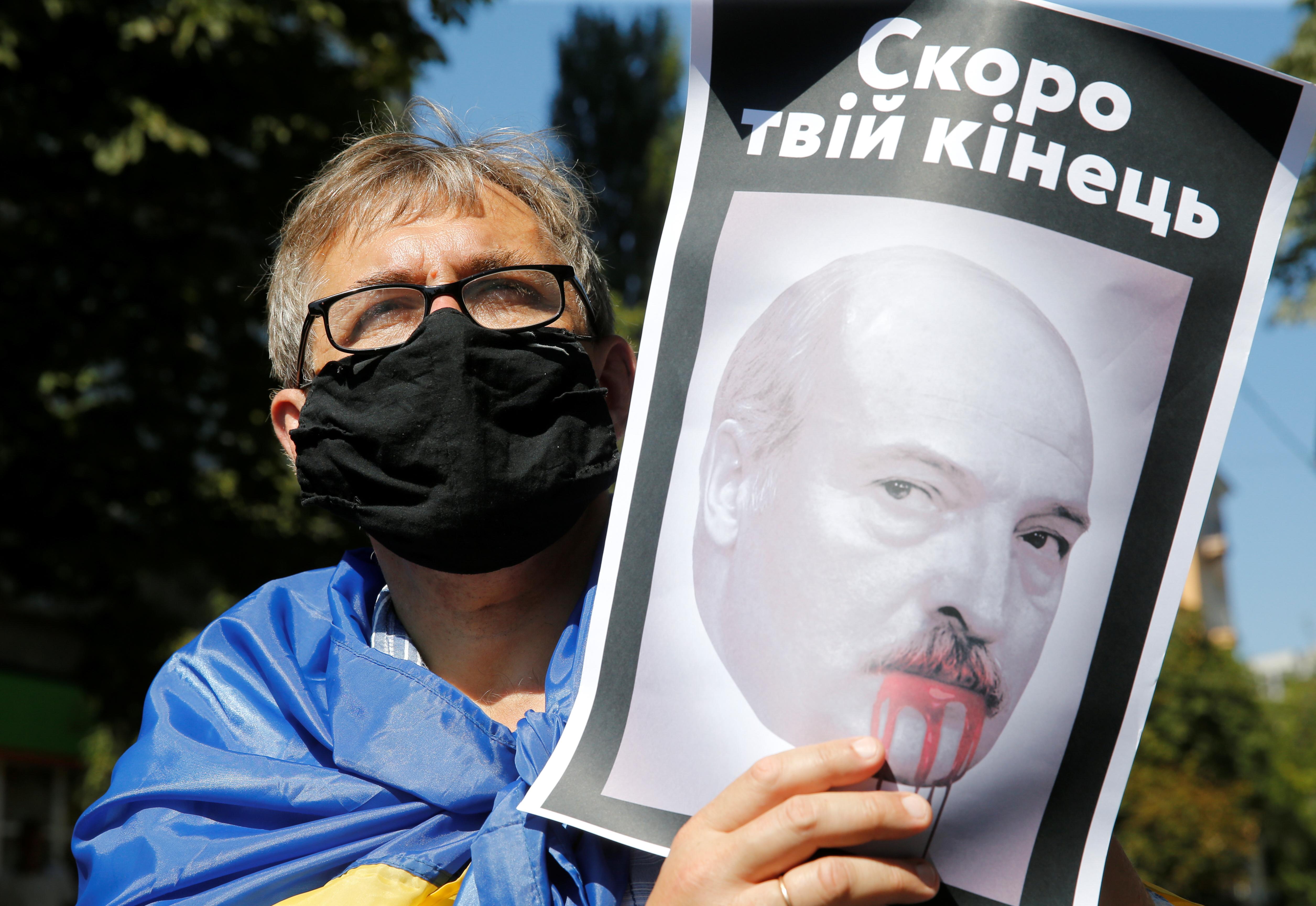 Белорусов призывают объявить «персональные санкции» Лукашенко