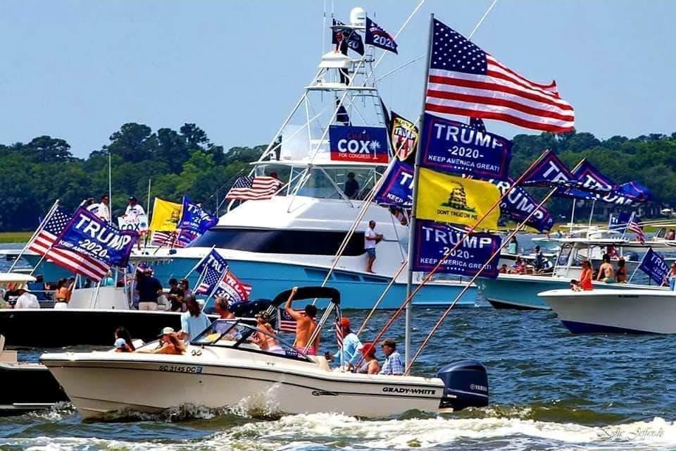 На лодочном параде в поддержку Трампа утонули четыре лодки