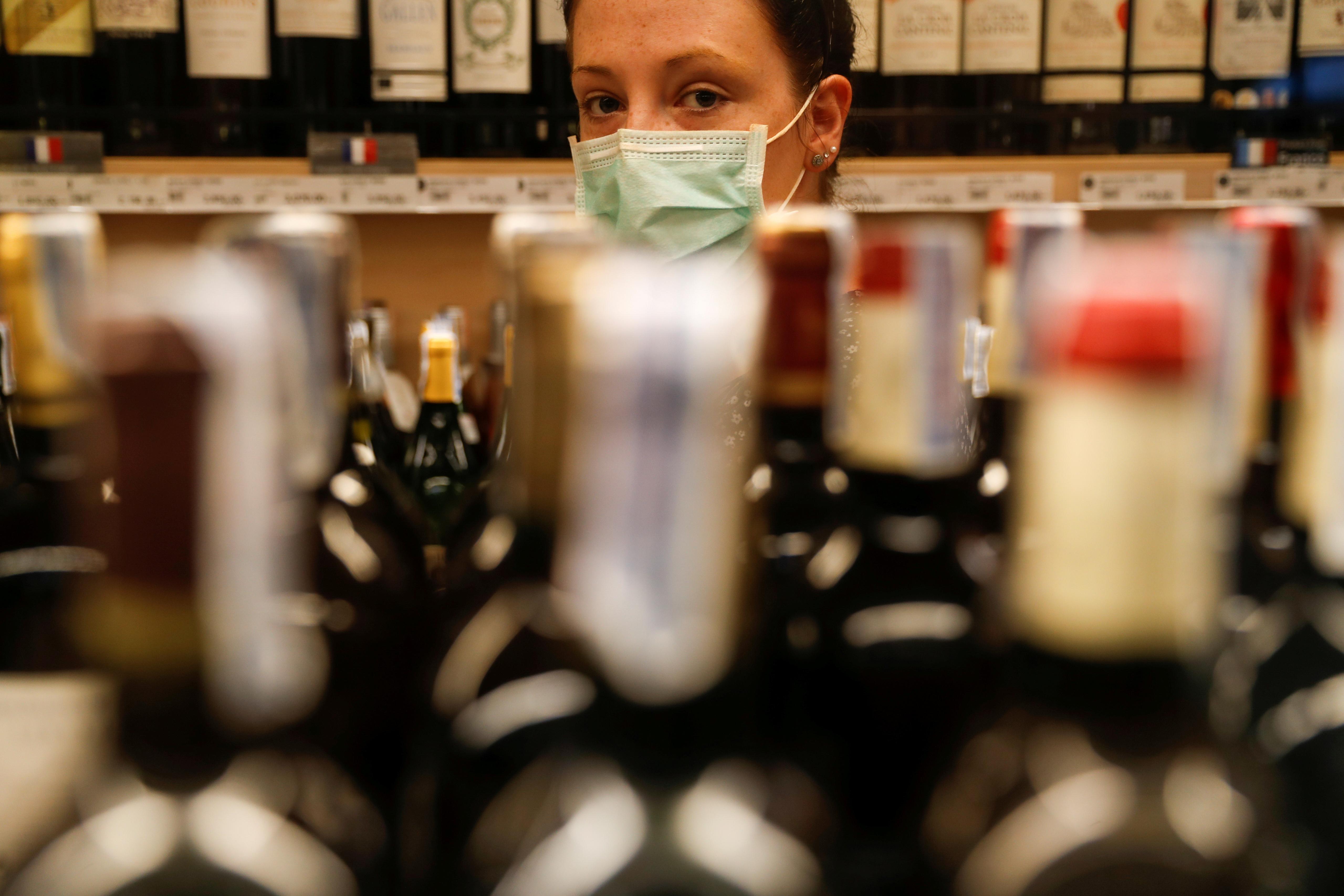 Новый закон поставил под угрозу продажи импортного алкоголя