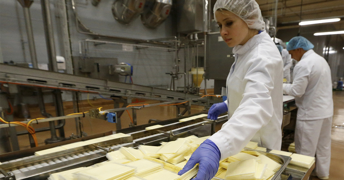 Специалист молочного рынка развеял миф об изготовлении плавленого сыра