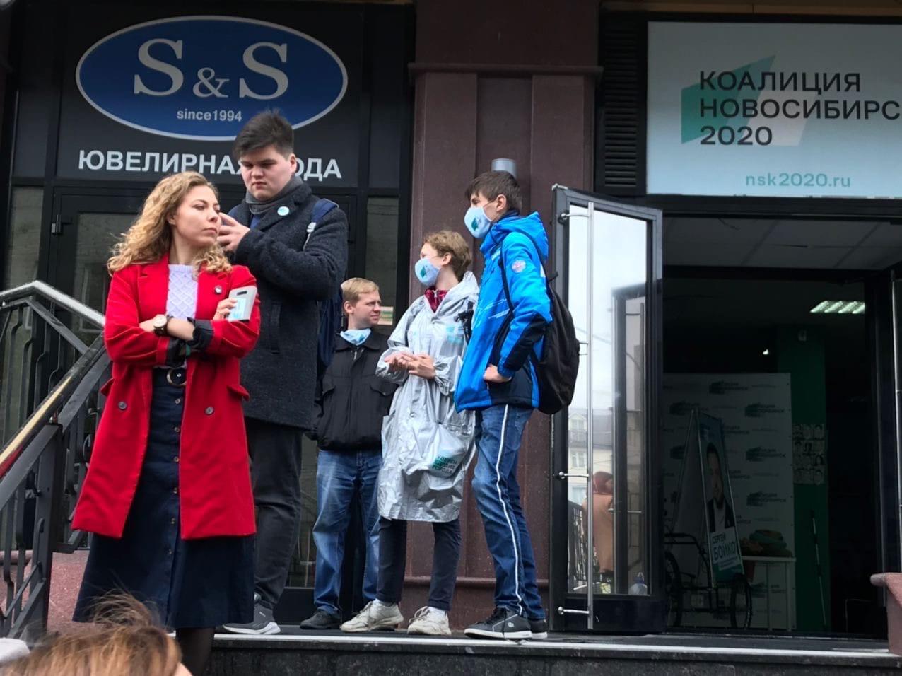 Трех человек доставили в больницу после нападения на штаб оппозиции в Новосибирске
