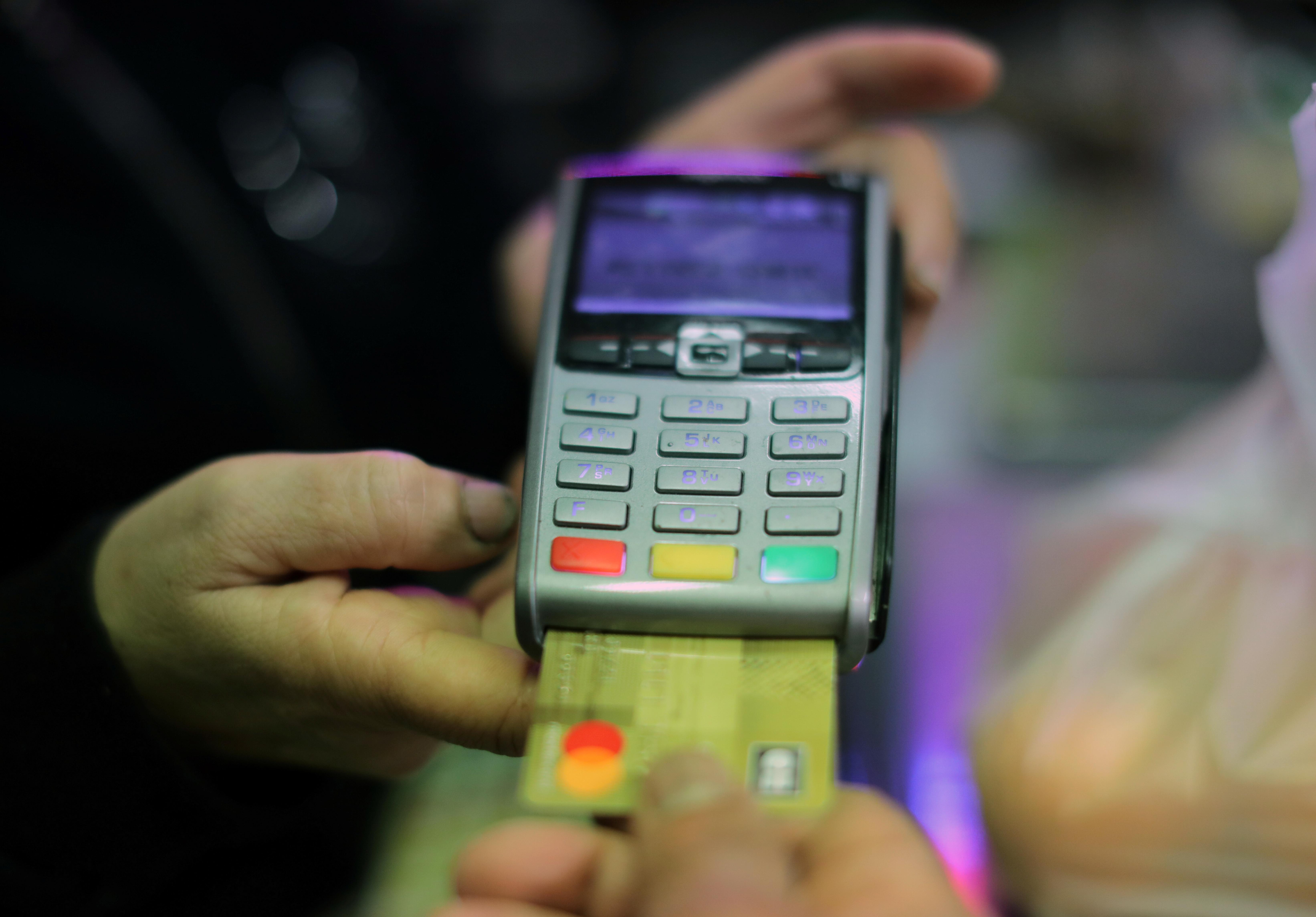 С пандемией россияне стали отказываться от банковских карт