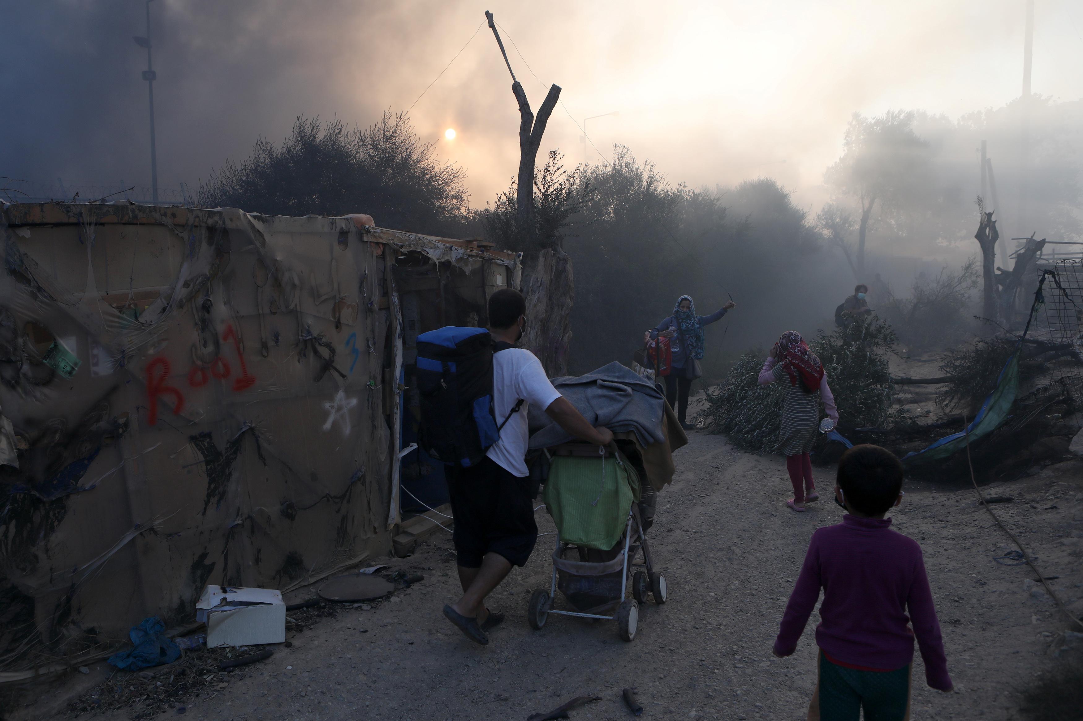 Полиция греческого Лесбоса удерживает на автомагистрали более 12 тыс. беженцев