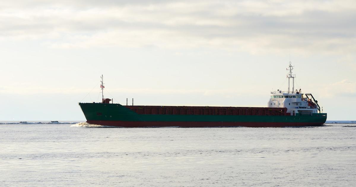 Четыре человека погибли при столкновении катера и баржи в Сургуте