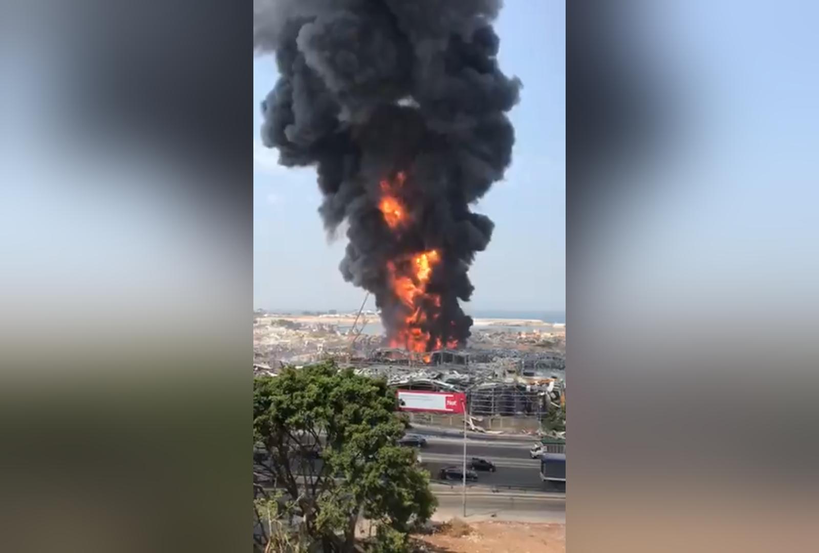 В разрушенном взрывом порту Бейрута снова горят склады