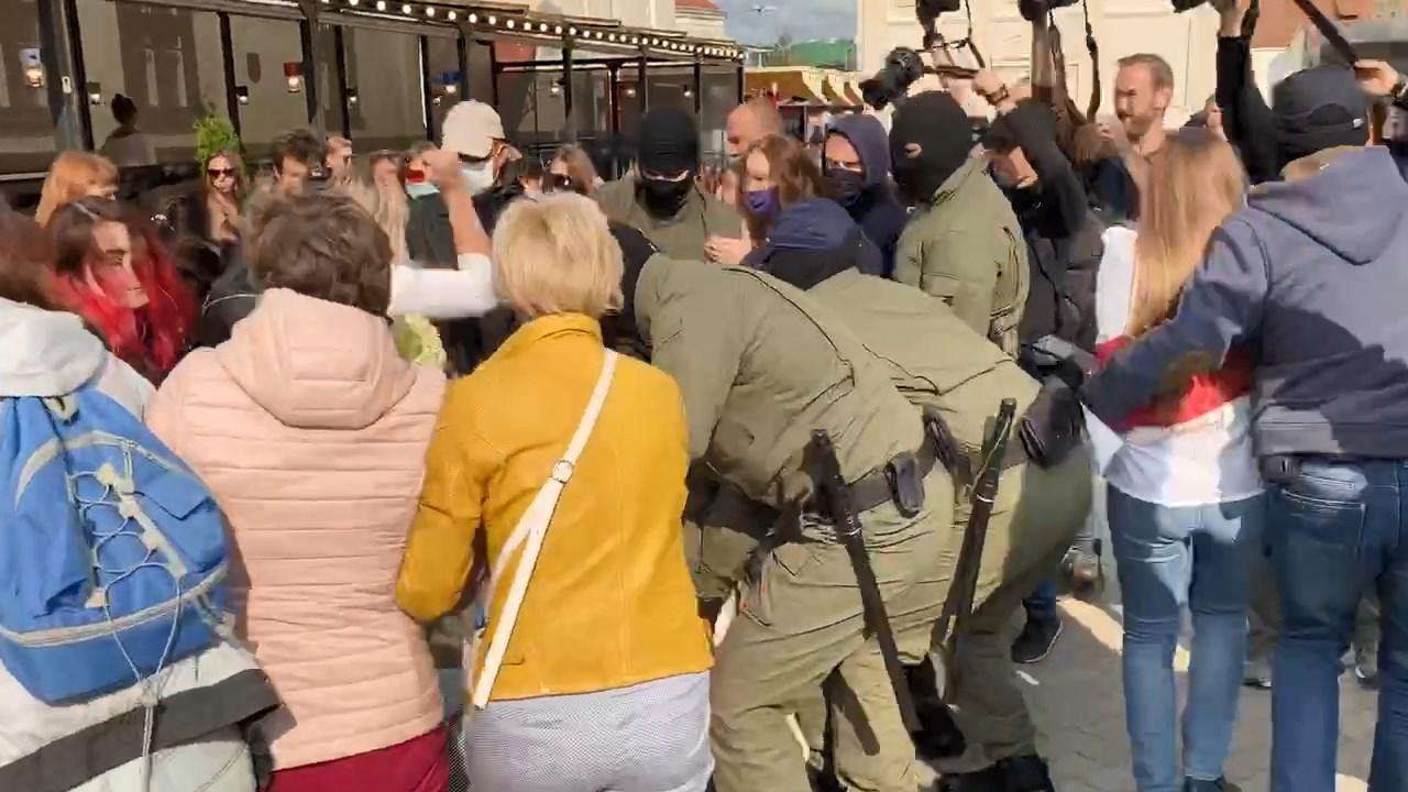 """В центре Минска ОМОН задерживает участниц """"женского марша""""  протеста"""