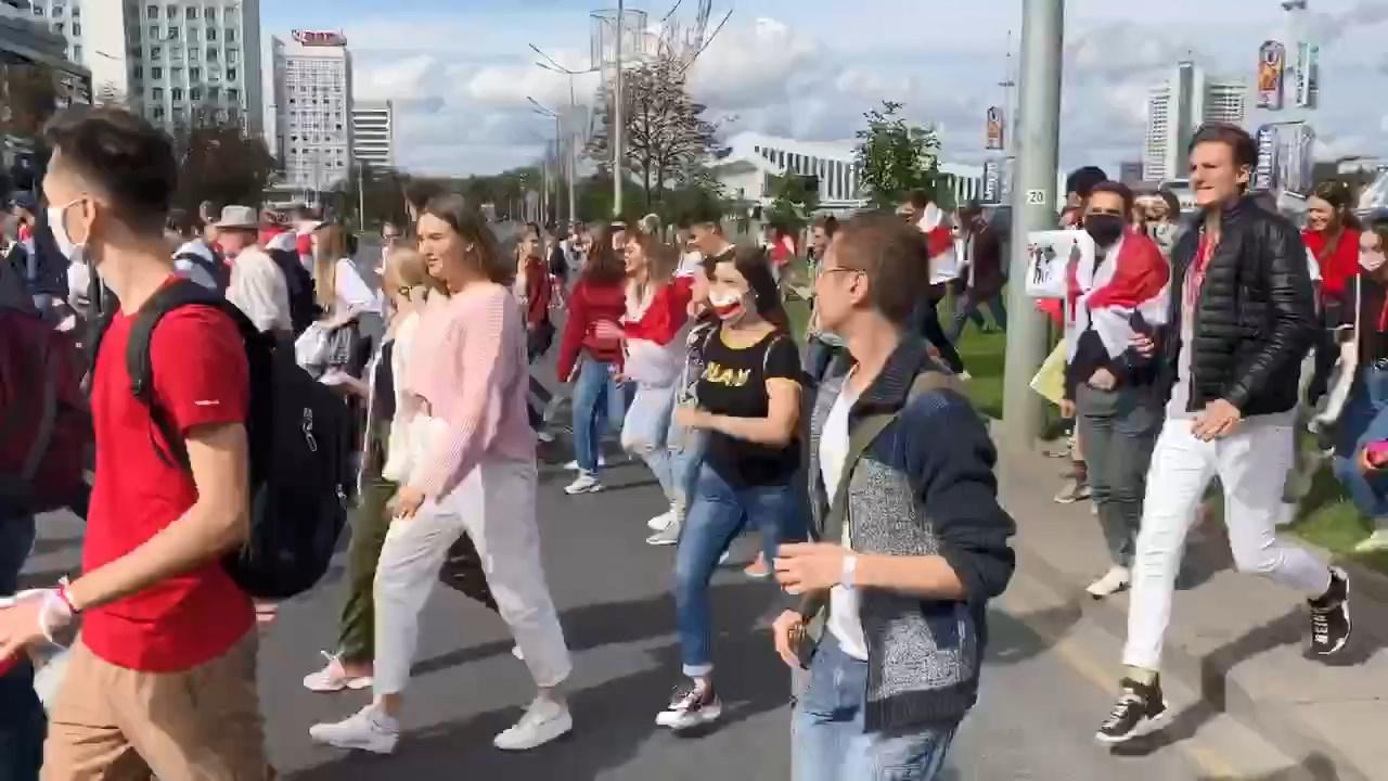 В центре Минска проходят акции протеста, стянута спецтехника и военные